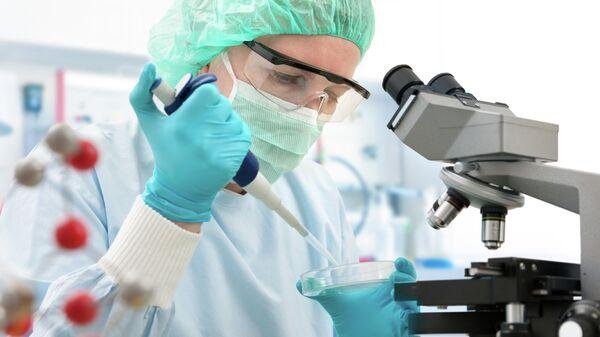 Ученый во время работы в лаборатории