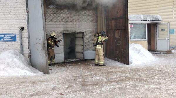 На месте пожара на складе автозапчастей в Красноярске