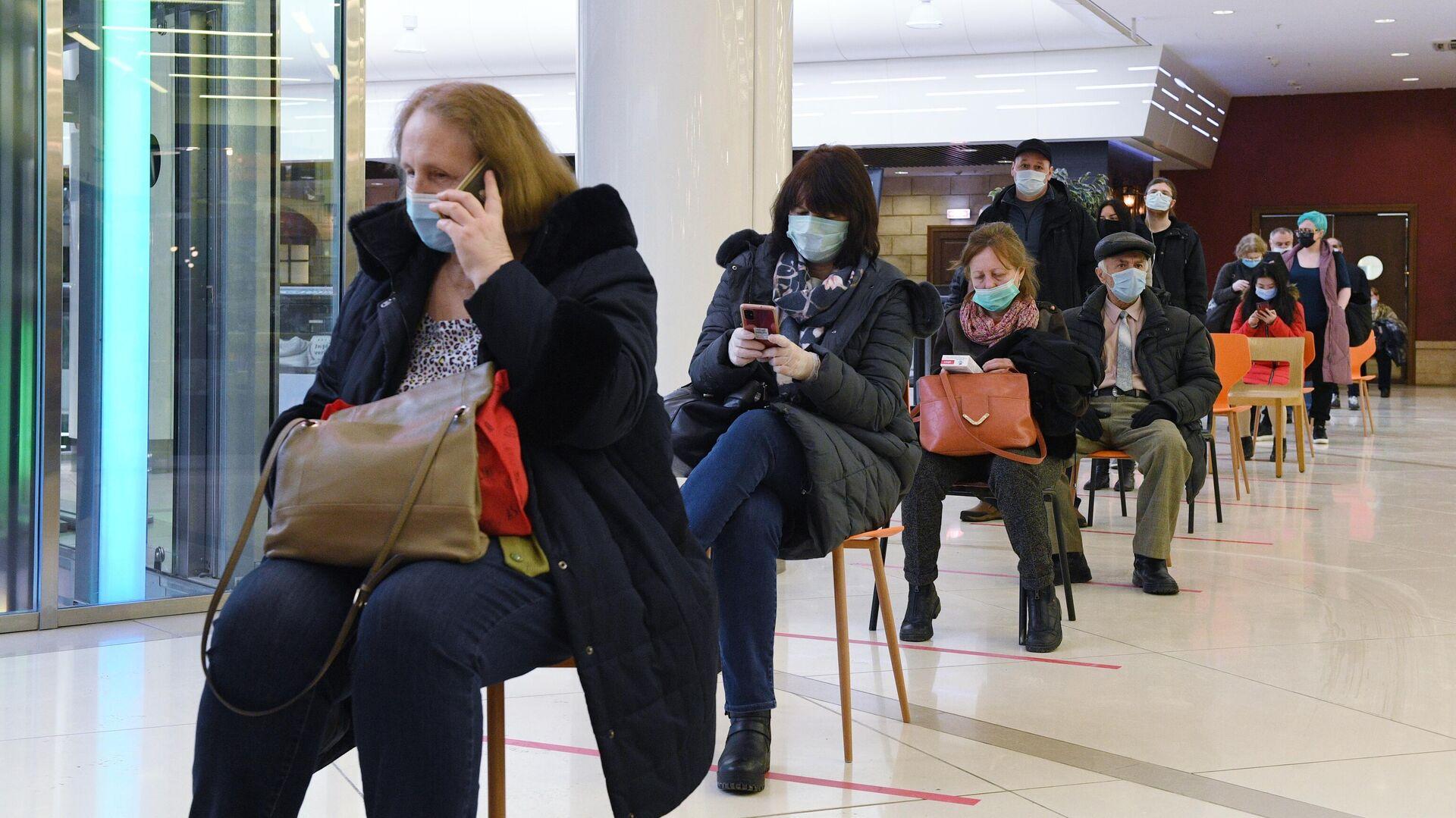 Очередь в прививочный пункт в торговом центре Калейдоскоп в Москве - РИА Новости, 1920, 05.02.2021