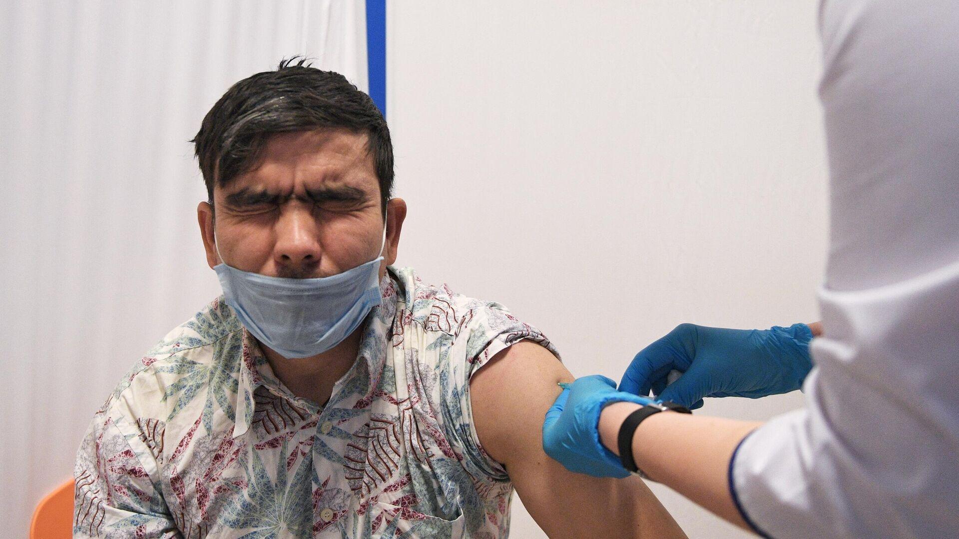 Медик выездной бригады вакцинирует мужчину российским препаратом от COVID-19 Гам-Ковид-Вак  - РИА Новости, 1920, 04.02.2021