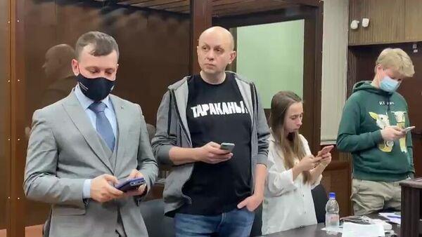 Главный редактор Медиазоны Сергей Смирнов в Тверском суде Москвы. Стоп-кадр видео