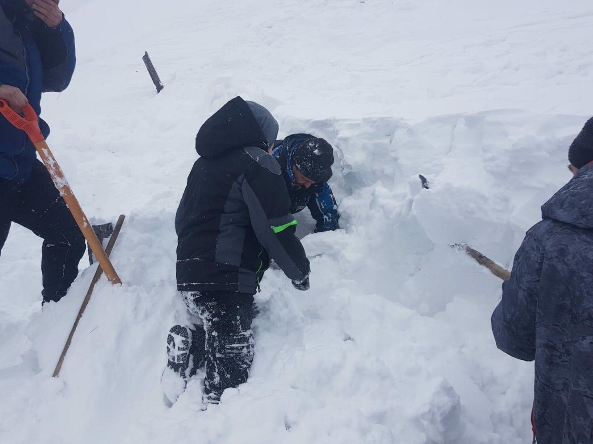 В селе Тиличики камчатские спасатели вызволили подростка, попавшего в снежную ловушку - РИА Новости, 1920, 04.02.2021