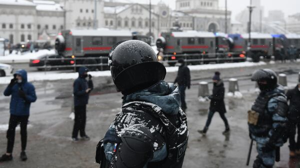 Сотрудники правоохранительных органов на Комсомольской площади в Москве во время несанкционированной акции