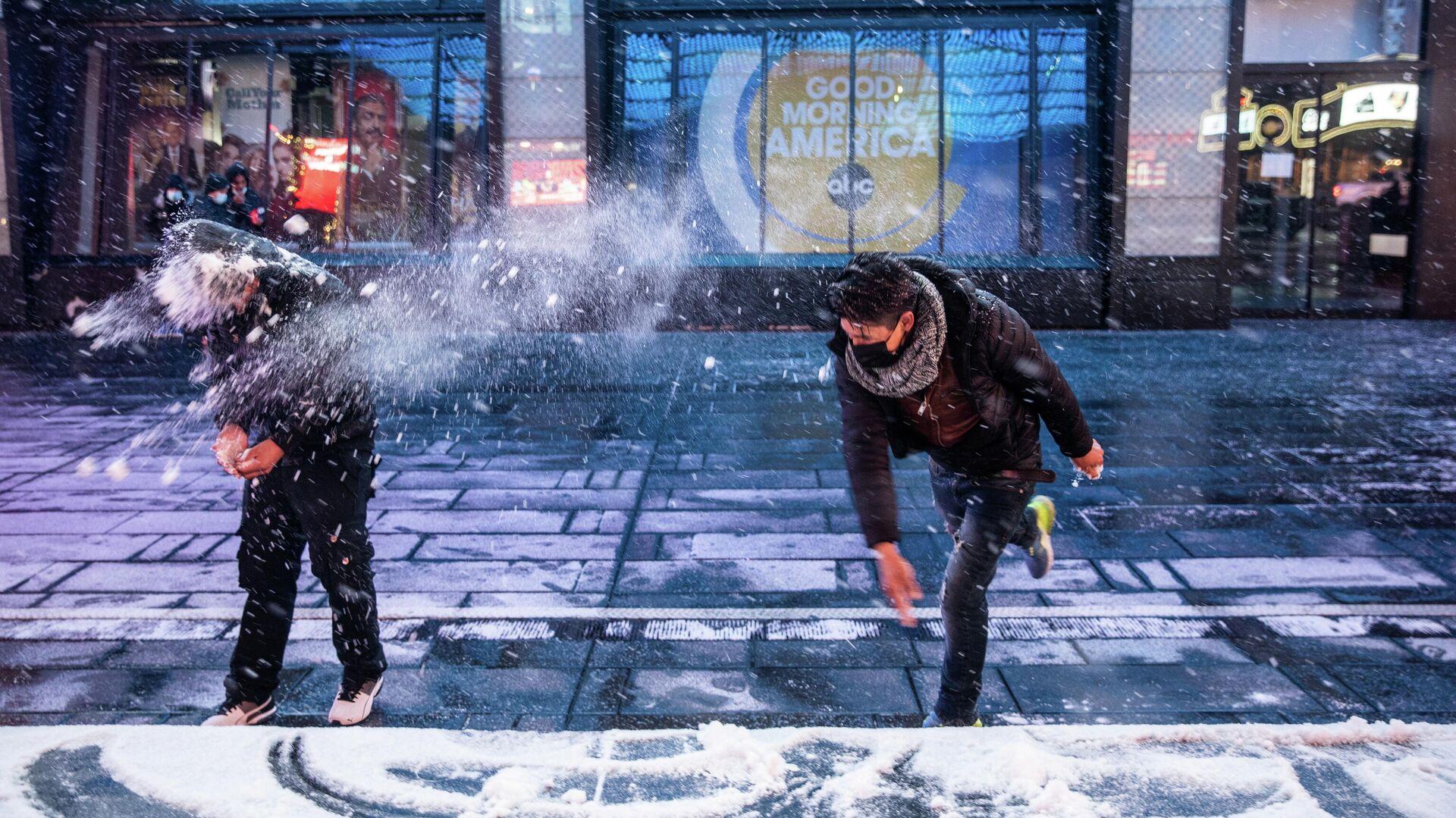 Люди играют в снежки на Таймс-сквер в Нью-Йорке - РИА Новости, 1920, 23.02.2021