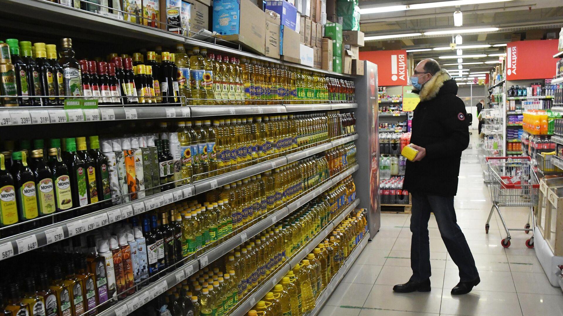 Покупатель в продуктовом магазине  - РИА Новости, 1920, 06.02.2021