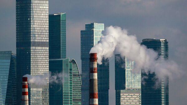 Дым из труб ТЭЦ возле международного делового центра Москва-Сити