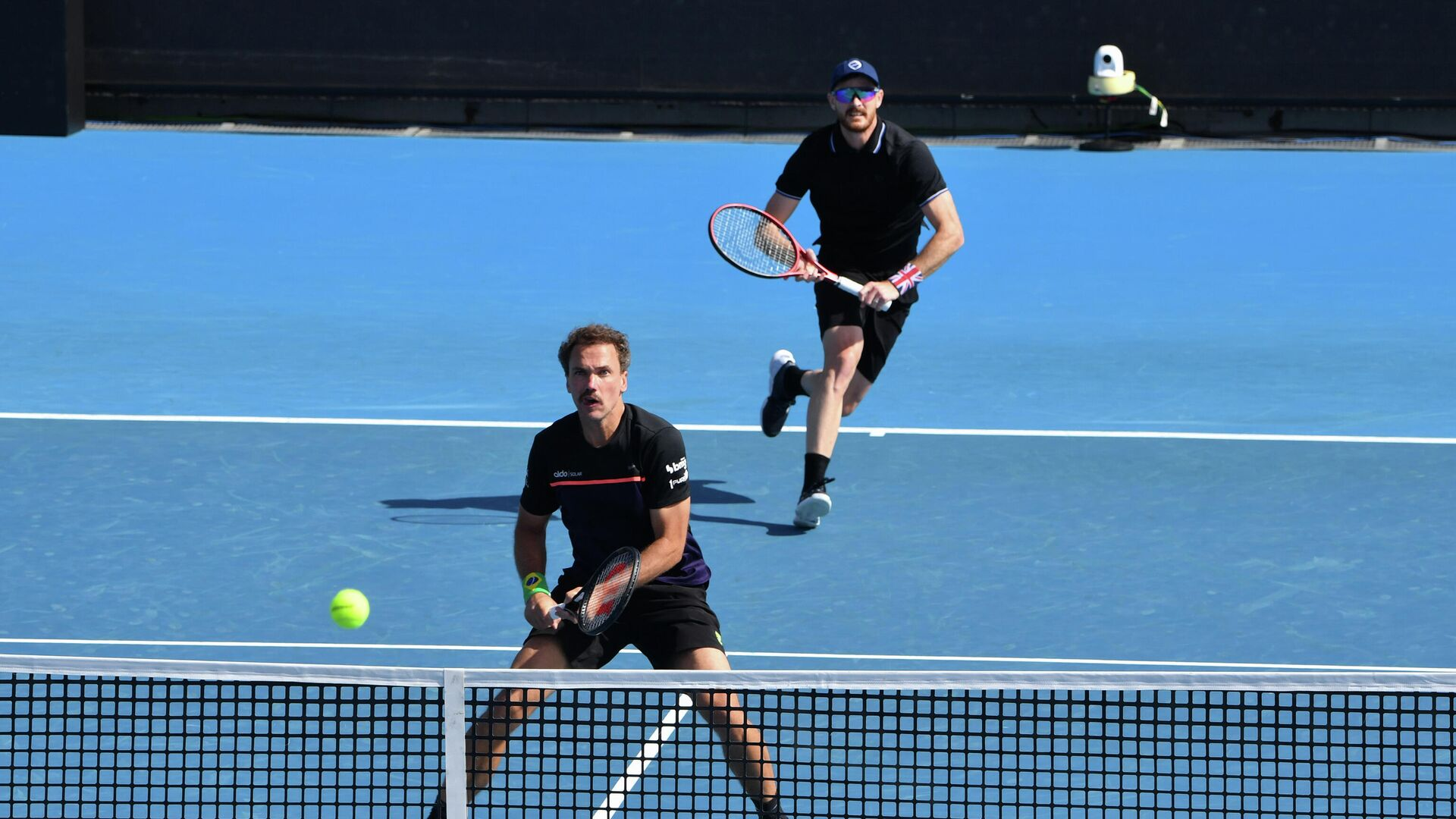 Britain's Jamie Murray (R) and partner Brazil's Bruno Soares (L) prepare to hit a return against Colombia's Juan Sebastian Cabal and Robert Farah during their Great Ocean Road Open men's doubles final match in Melbourne on February 7, 2021. (Photo by Paul CROCK / AFP) / -- IMAGE RESTRICTED TO EDITORIAL USE - STRICTLY NO COMMERCIAL USE -- - РИА Новости, 1920, 07.02.2021