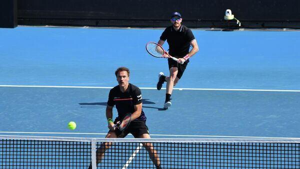 Britain's Jamie Murray (R) and partner Brazil's Bruno Soares (L) prepare to hit a return against Colombia's Juan Sebastian Cabal and Robert Farah during their Great Ocean Road Open men's doubles final match in Melbourne on February 7, 2021. (Photo by Paul CROCK / AFP) / -- IMAGE RESTRICTED TO EDITORIAL USE - STRICTLY NO COMMERCIAL USE --