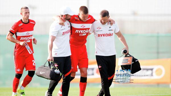 Медики уводят с поля получившего травму игрока Спартака Александра Соболева (в центре)