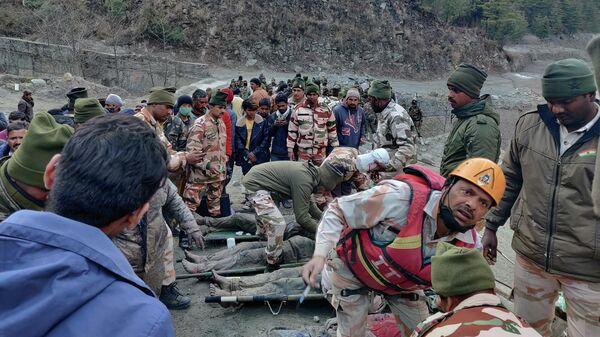Индо-тибетская пограничная полиция занимается спасением людей после схода ледника в районе строящейся электростанции в штате  Уттаракханд, Индия