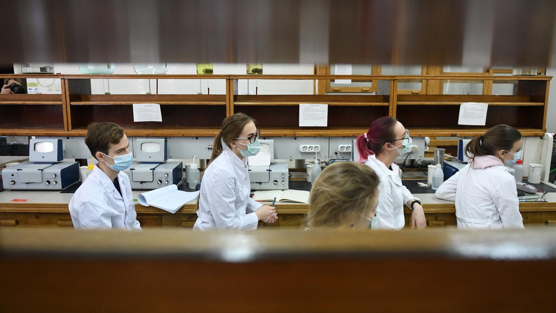 Студенты в защитных масках в лаборатории Московского государственного университета имени М. В. Ломоносова - РИА Новости, 1920, 12.02.2021