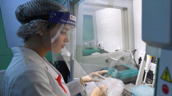 Лаборант Научного центра по профилактике и борьбе со СПИДом в Москве