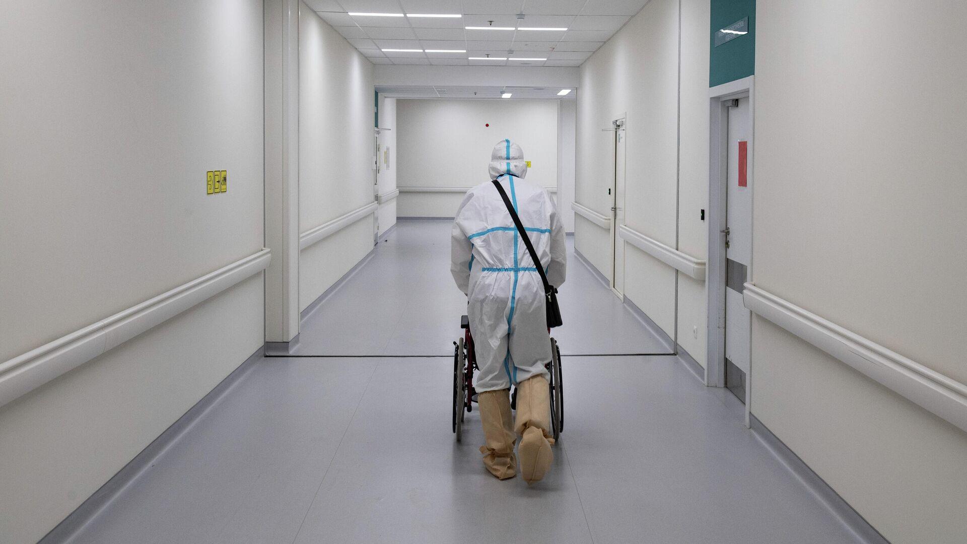 Медик и пациент в приемном отделении городской клинической больницы №40 в Москве - РИА Новости, 1920, 23.02.2021
