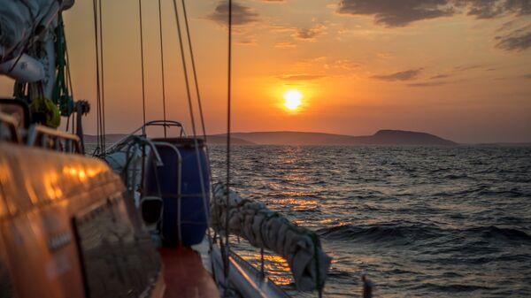 Экспедиционная яхта Петр Первый на подходе к архипелагу Кузова в Белом море