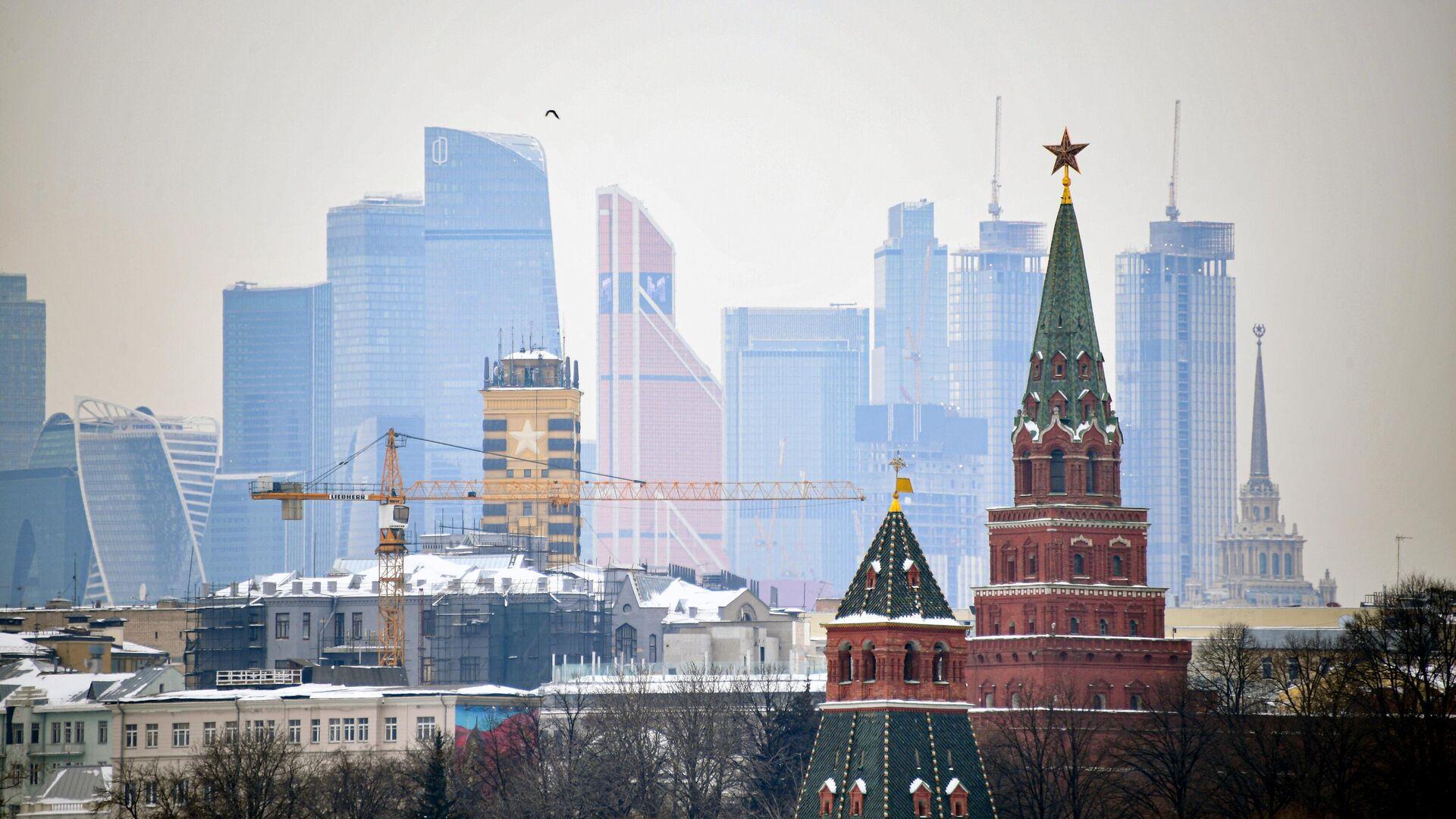 Вид на башни московского Кремля и небоскребы делового центра Москва-сити - РИА Новости, 1920, 16.02.2021