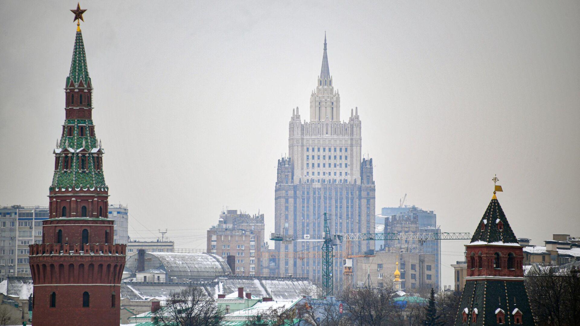 Вид на башни московского Кремля и здание МИД - РИА Новости, 1920, 10.02.2021