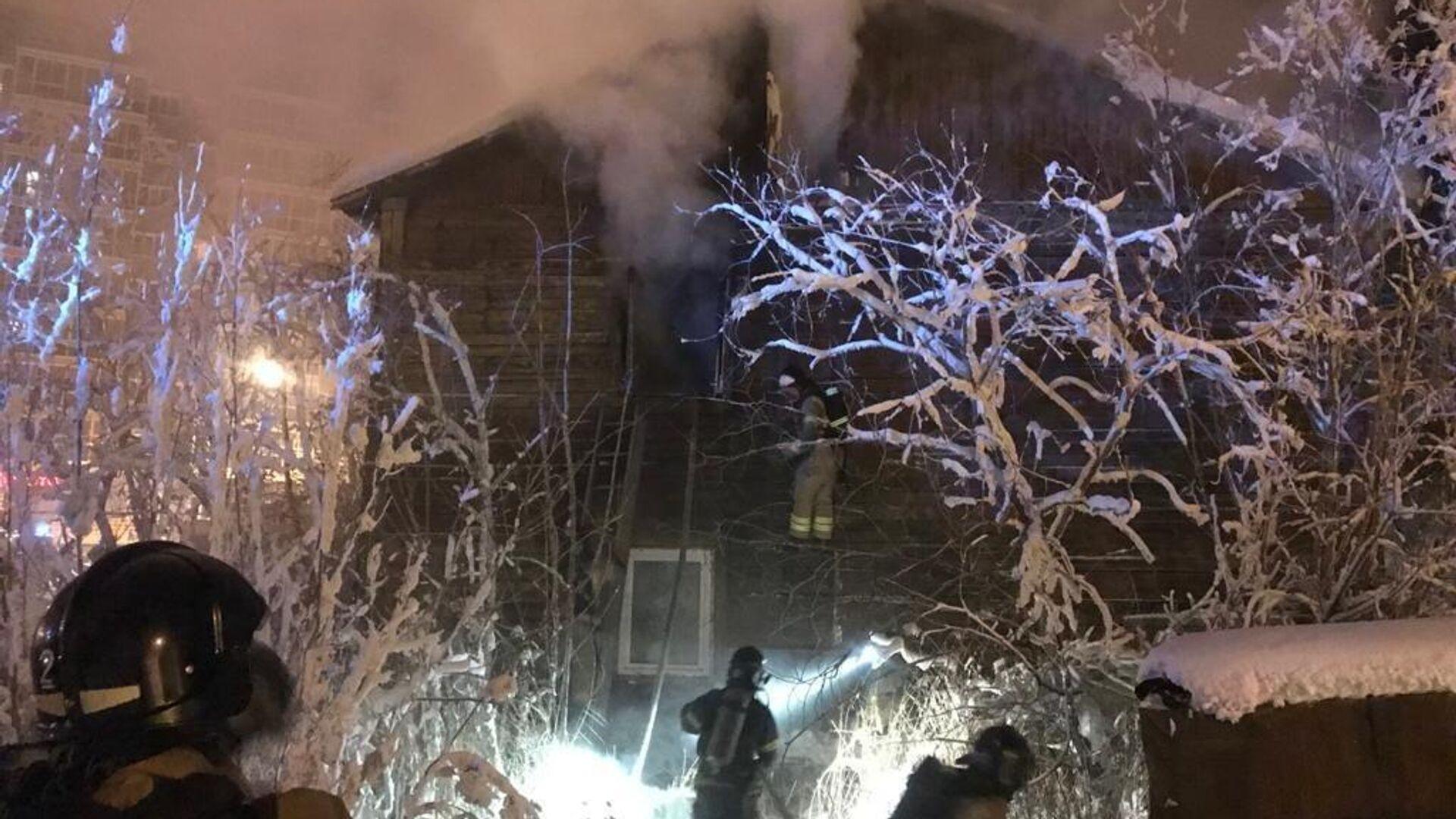 На месте пожара в жилом доме в г. Якутск - РИА Новости, 1920, 10.02.2021