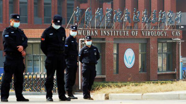 Сотрудники службы безопасности у Уханьского института вирусологии во время визита группы ВОЗ