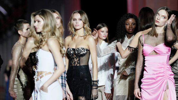 Модели за кулисами во время Украинской недели моды в Киеве
