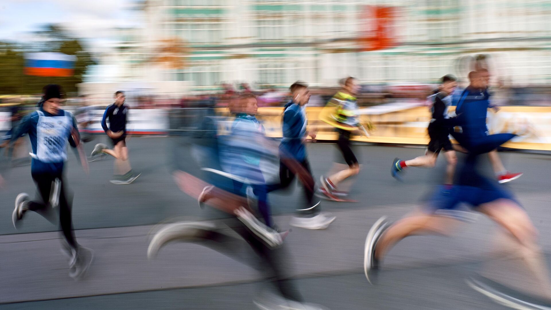 Участники забега в рамках Всероссийского дня бега Кросс Нации - 2020 на Дворцовой площади в Санкт-Петербурге - РИА Новости, 1920, 12.02.2021