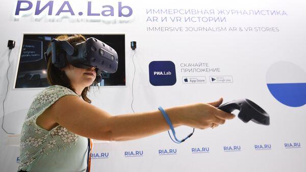 Девушка тестирует VR-очки в презентационной зоне РИА.Lab на стенде МИА Россия сегодня на ВДНХ в Москве