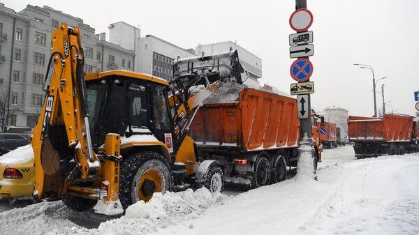 Снегоуборочная техника чистит во время снегопада Садовое кольцо в Москве