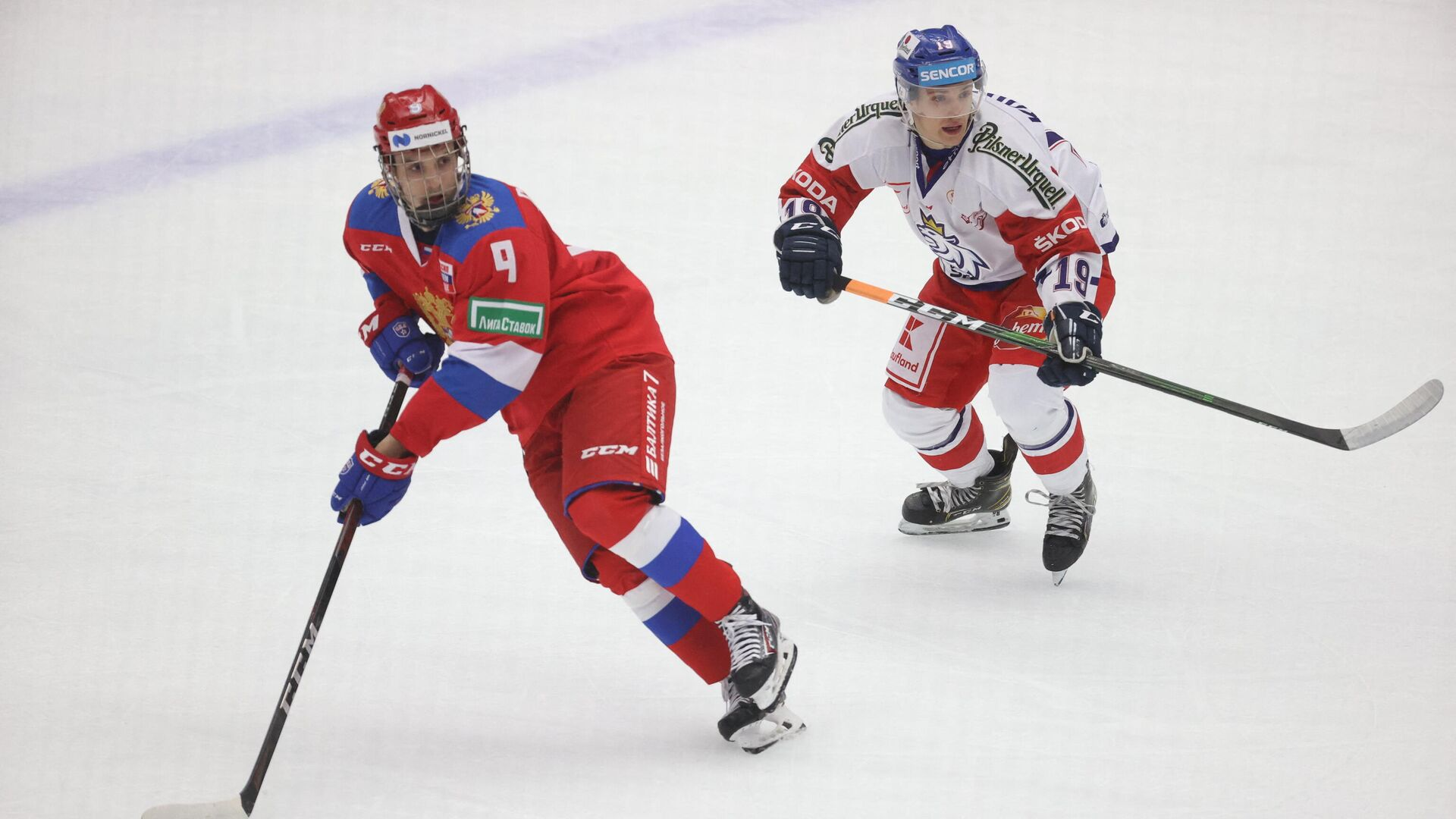 Russia's Nikita Chibrikov (L) and Czech Republic's Petr Kodytek  during Euro Hockey Tour between Russia and Czech Republic on February 14, 2021, at Malmoe Arena in Sweden. (Photo by Andreas HILLERGREN / TT NEWS AGENCY / AFP) / Sweden OUT - РИА Новости, 1920, 14.02.2021