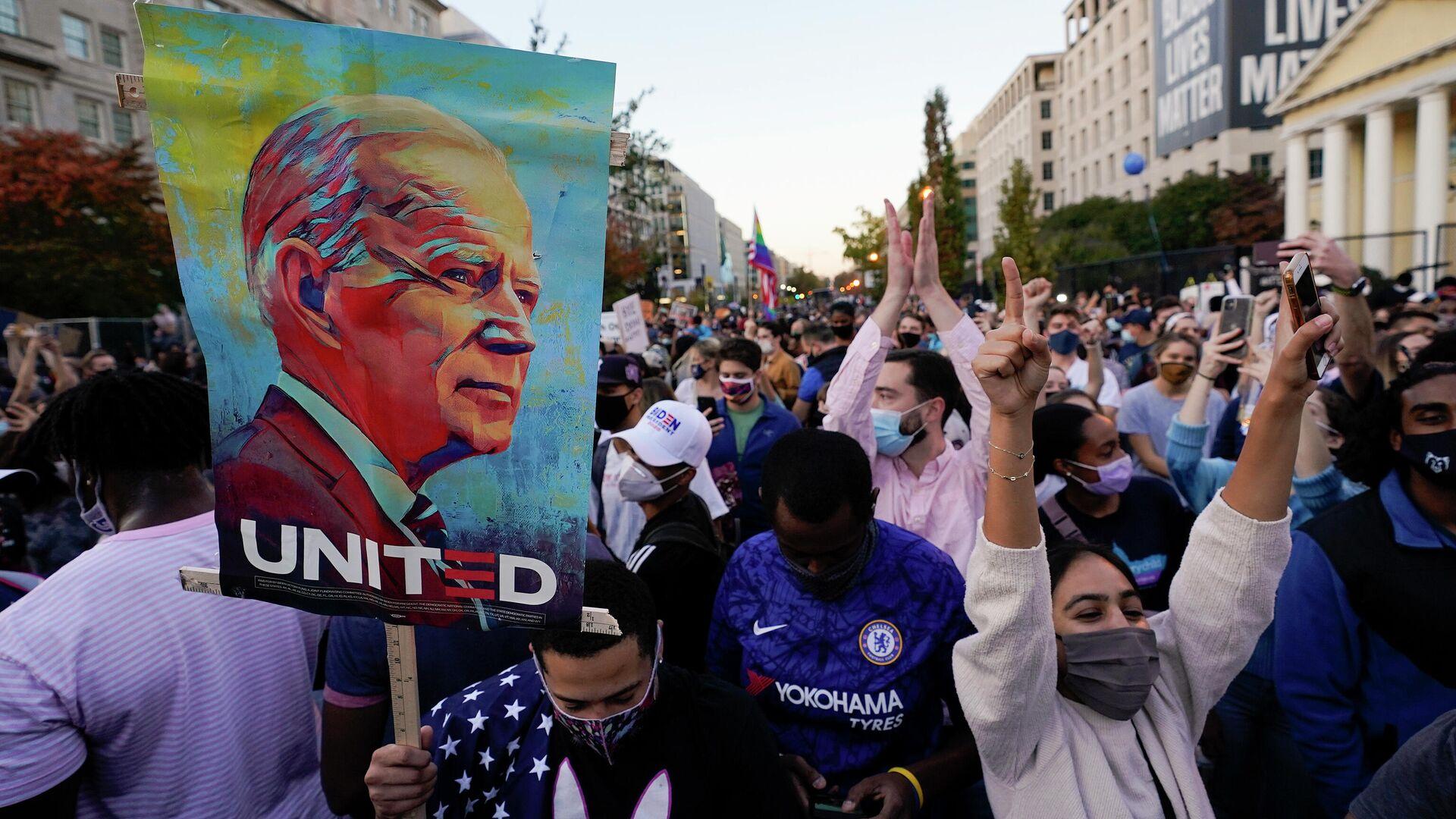 Люди на площади Black Lives Matter Plaza во время празднования победы избранного президента США Джо Байдена - РИА Новости, 1920, 16.02.2021