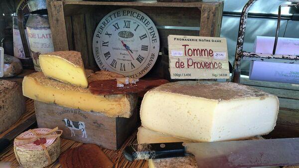 Сыр на прилавке магазина во Франции