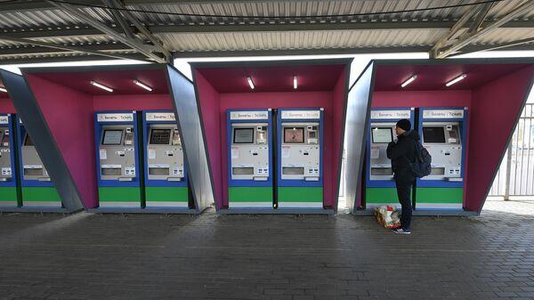 Мужчина у автомата по продаже проездных билетов на станции второго Московского центрального диаметра (МЦД-2) Тушино