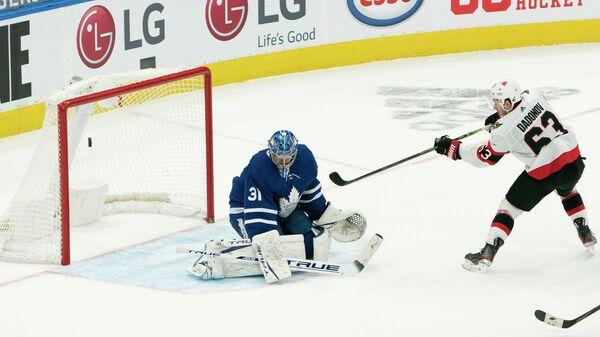 Форвард Оттавы Сенаторз Евгений Дадонов забрасывает шайбу в матче НХЛ