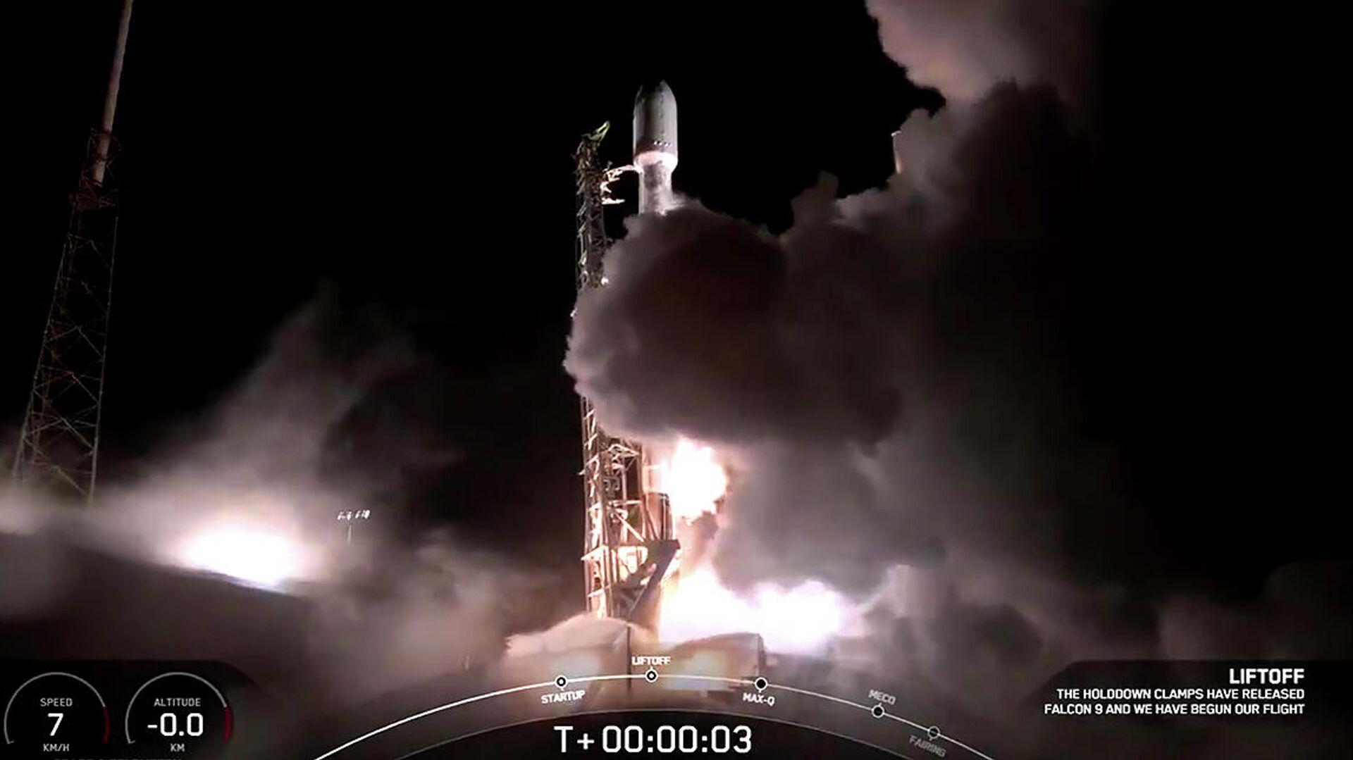 Кадр видео запуска ракеты-носителя Falcon 9 с интернет-спутниками Starlink - РИА Новости, 1920, 07.04.2021