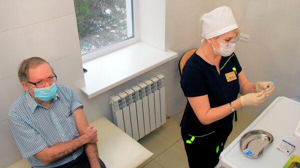 Гражданин США Брюс Уотс Бевен во время вакцинации от коронавируса российской вакциной Спутник V (Гам-КОВИД-Вак) в поликлинике в Евпатории