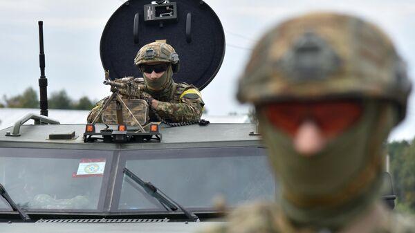 Военнослужащие Украины во время активной фазы совместных военных учений Украины и стран НАТО Rapid Trident-2020 на Яворовском полигоне во Львовской области