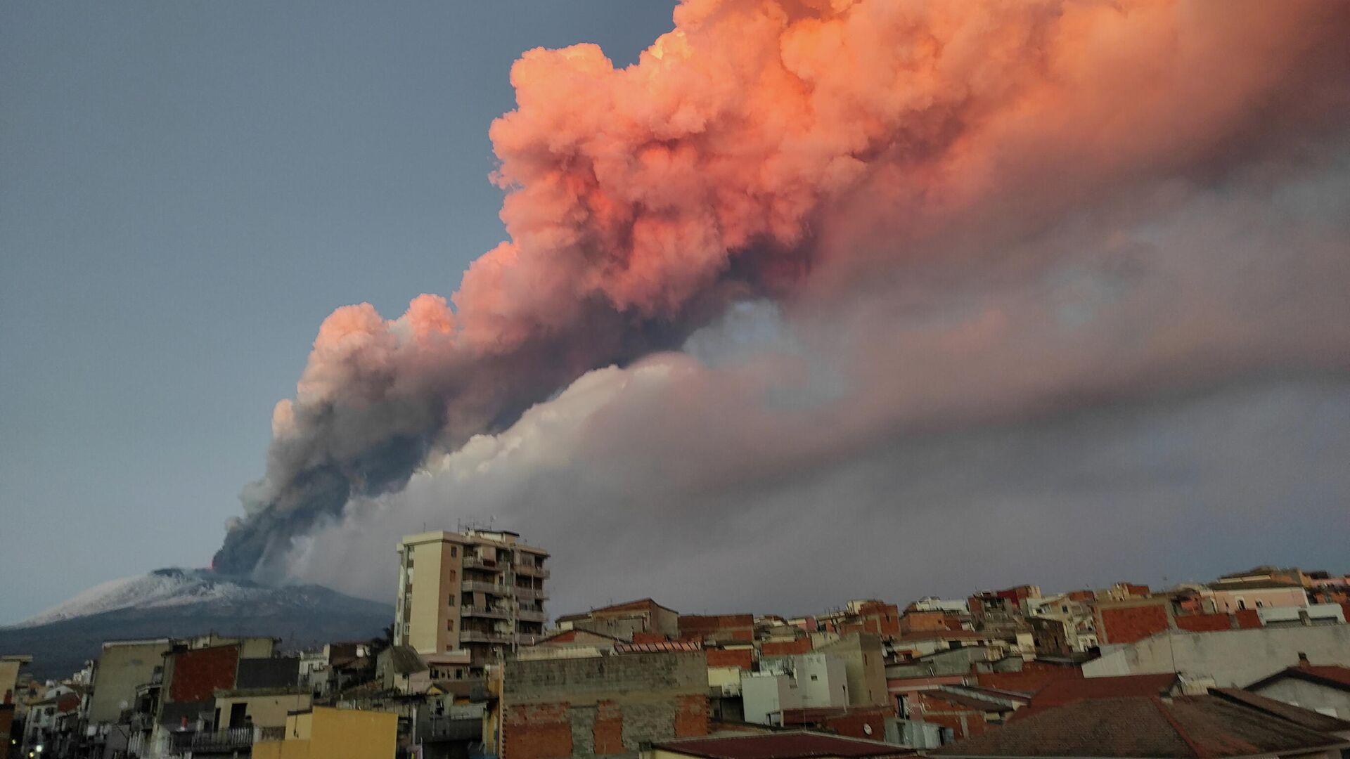 Извержение вулкана Этна на восточном побережье Сицилии, Италия. 16 февраля 2021 - РИА Новости, 1920, 17.02.2021