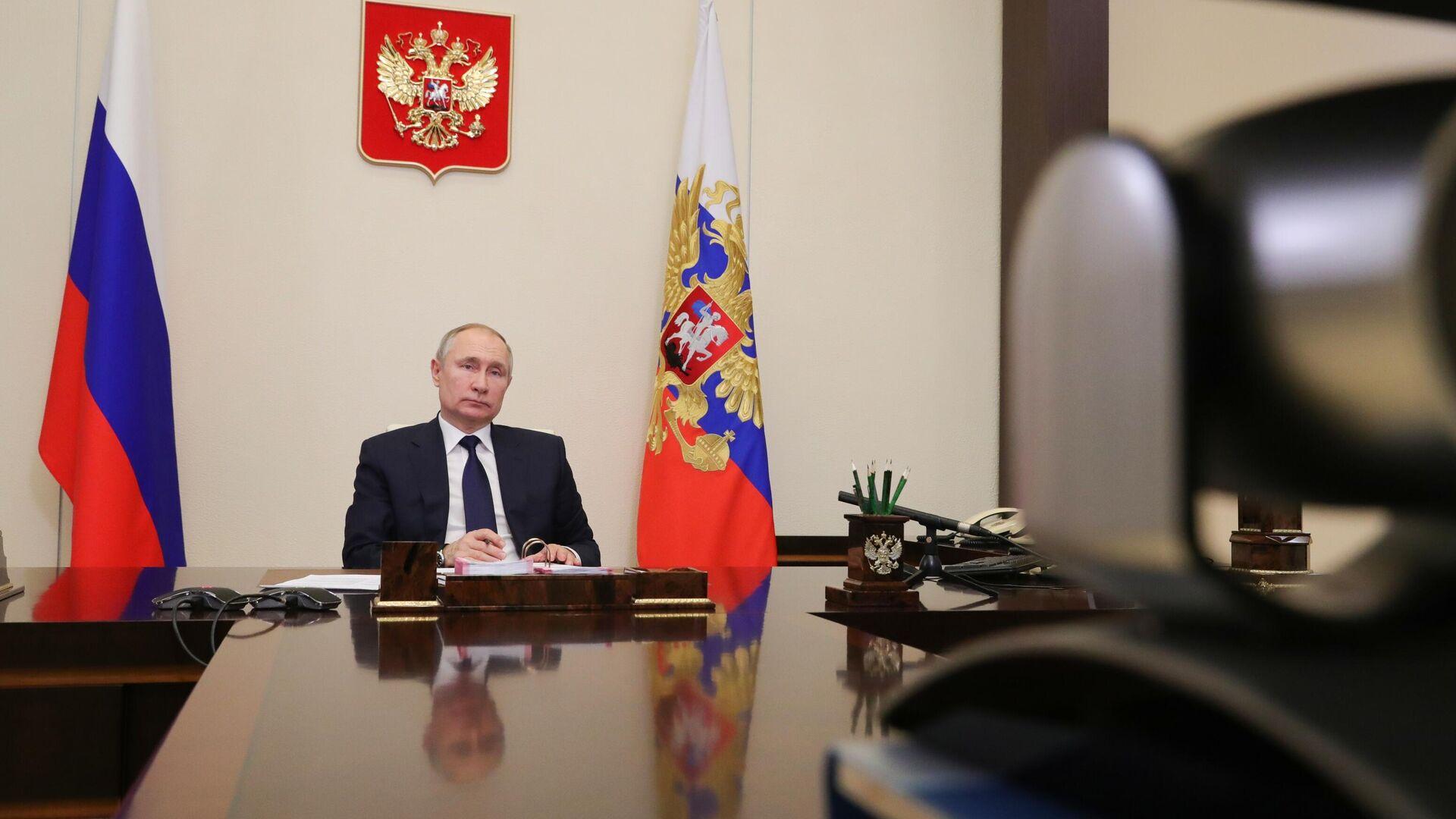 Путин назвал работу иностранных IT-компаний вызовом для России
