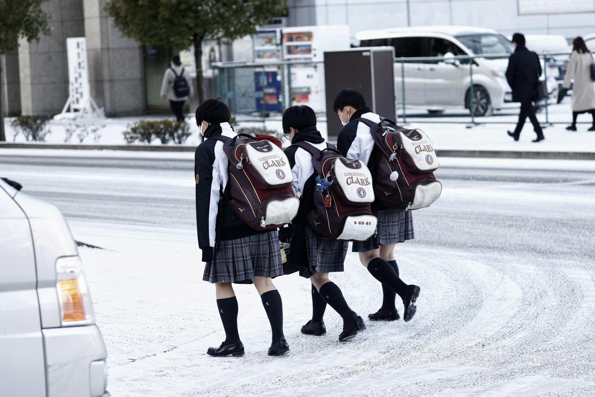 Японские школьницы на улице в Сендае - РИА Новости, 1920, 19.02.2021