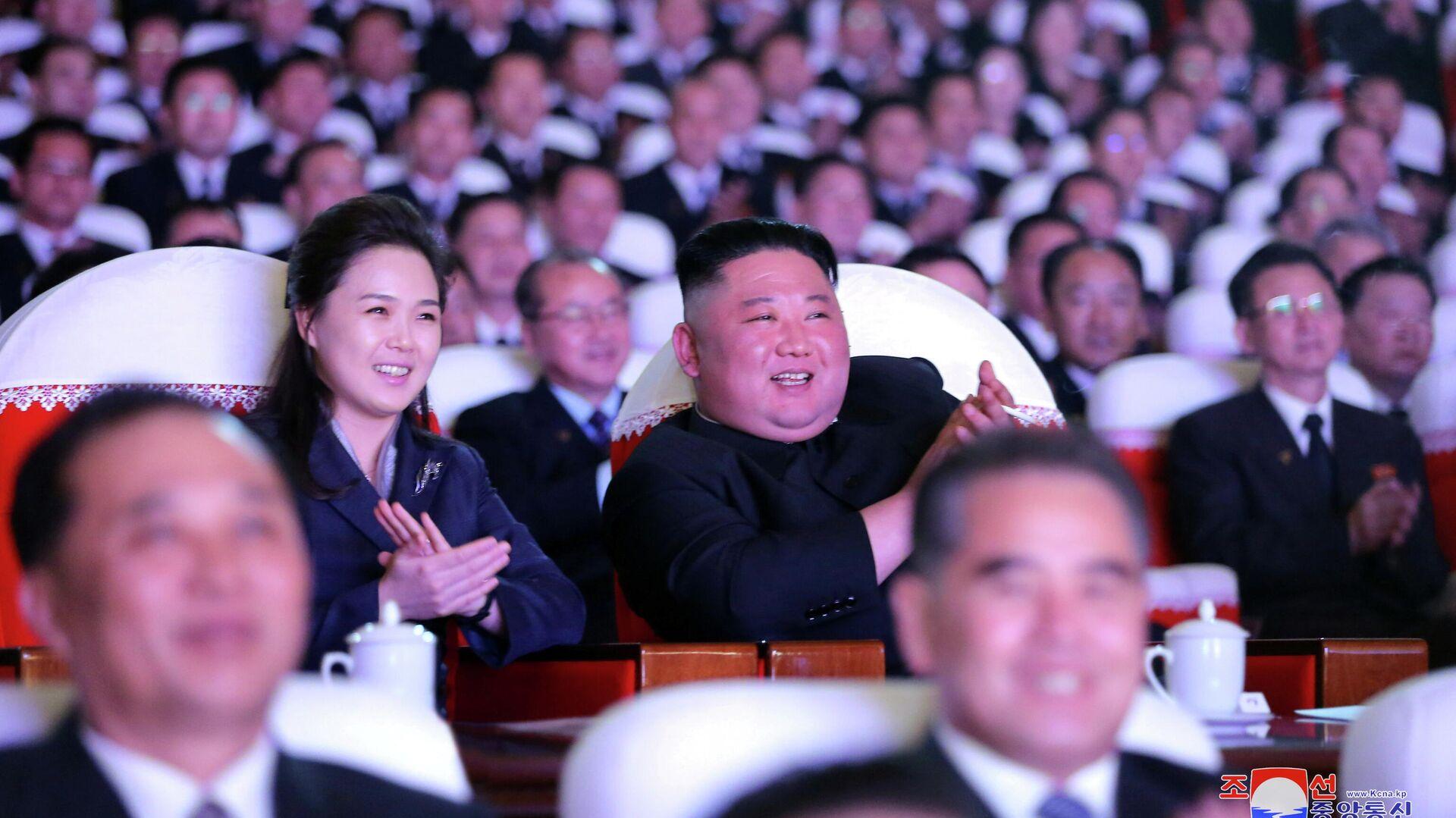 Ким Чен Ын с женой Ли Соль Чжу - РИА Новости, 1920, 24.02.2021