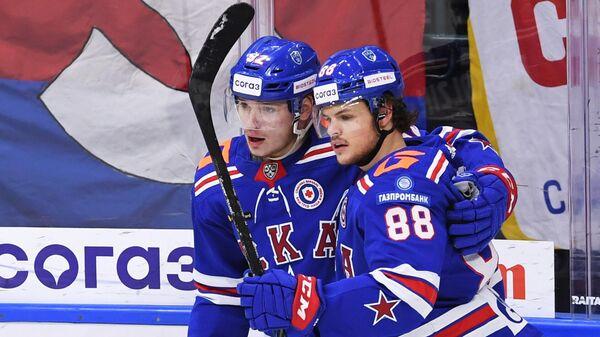 Игрок ХК СКА Василий Подколзин и игрок ХК СКА Мальте Стрёмвалль (справа)