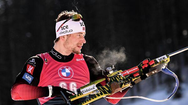 Стурла Холм Легрейд (Норвегия) на огневом рубеже во время пристрелки перед индивидуальной гонкой среди мужчин на чемпионате мира по биатлону 2021 в словенской Поклюке.