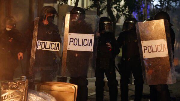 Сотрудники полиции во время акции протеста в поддержку рэпера Пабло Аселя