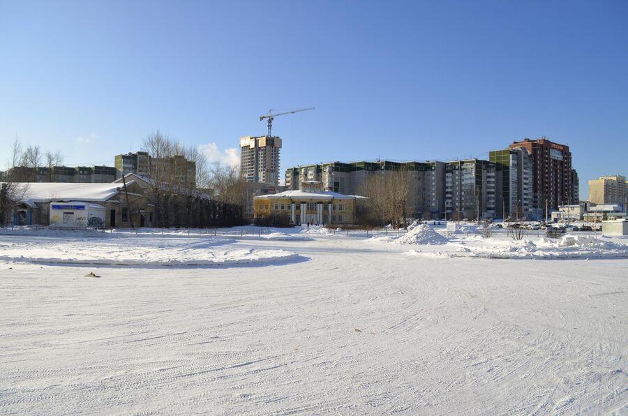 На месте летного поля решили возвести жилой район, аэропорт Уктус решили закрыть в 1986 году