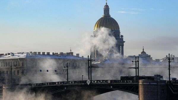 Вид на дворцовый мост и Исаакиевский собор в Санкт-Петербурге