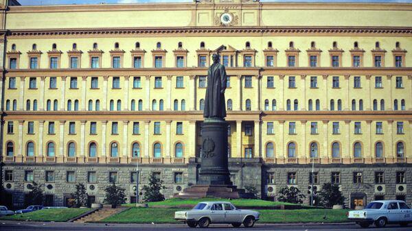 Памятник Феликсу Дзержинскому на Лубянской площади. 1991 год