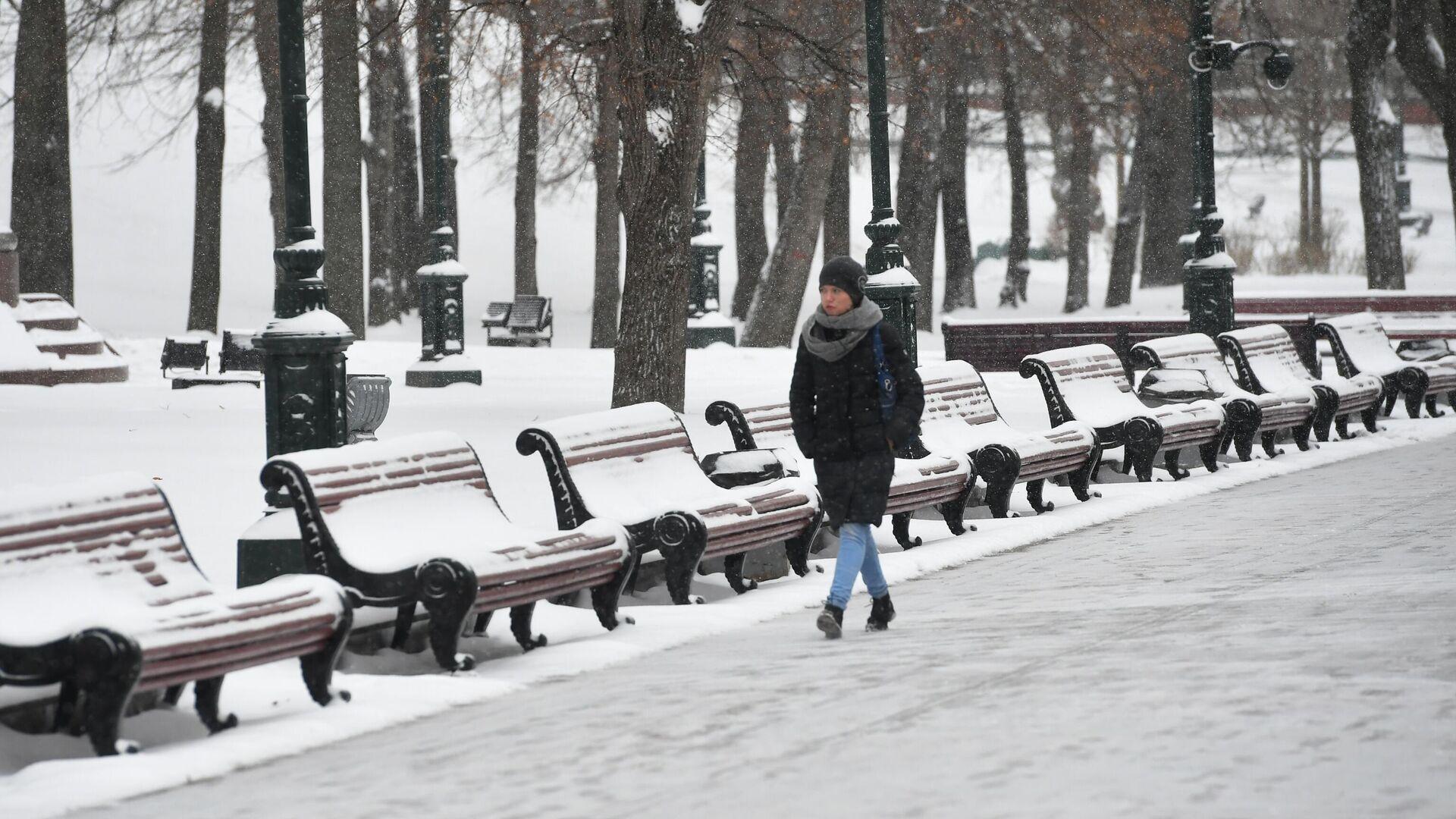 Девушка в Александровском саду во время снегопада в Москве - РИА Новости, 1920, 25.02.2021
