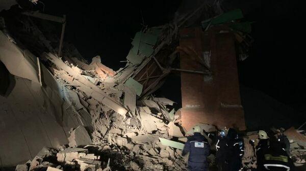 Спасатели разбирают завалы на месте обрушения на обогатительной фабрике в Норильске