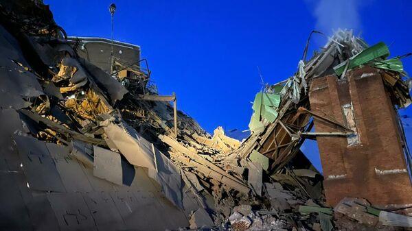 Спасение пострадавшего и кадры последствий обрушения на фабрике в Норильске