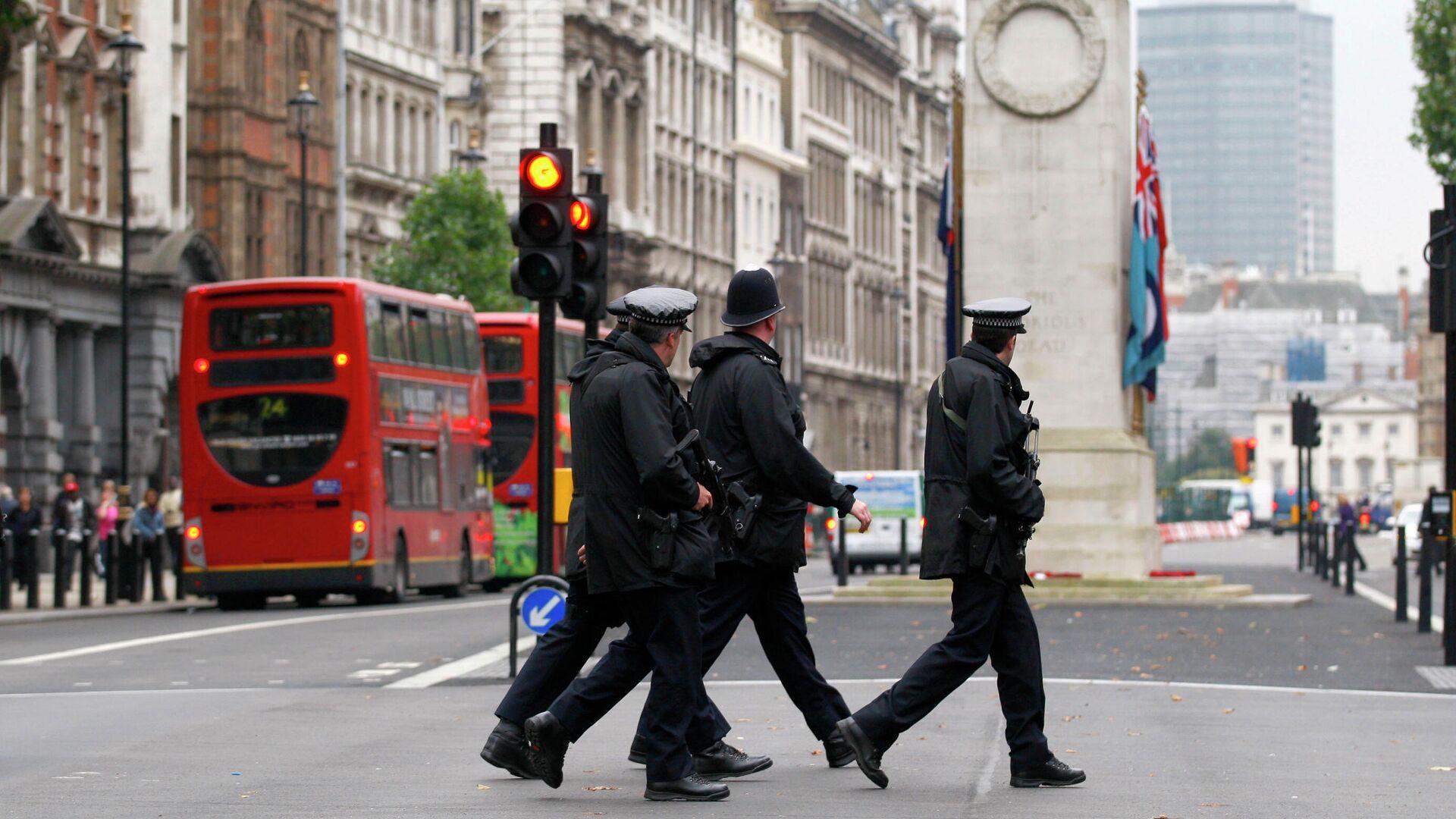 Полицейские переходят дорогу у здания Министерства иностранных дел и международного развития в Лондоне - РИА Новости, 1920, 25.02.2021