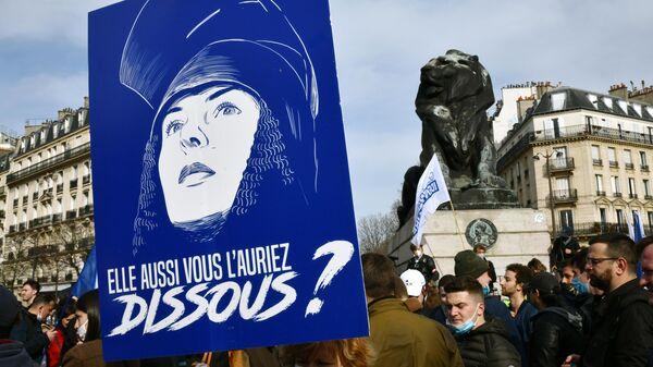 Участники акции протеста радикалов на площади Данфер-Рошро в Париже