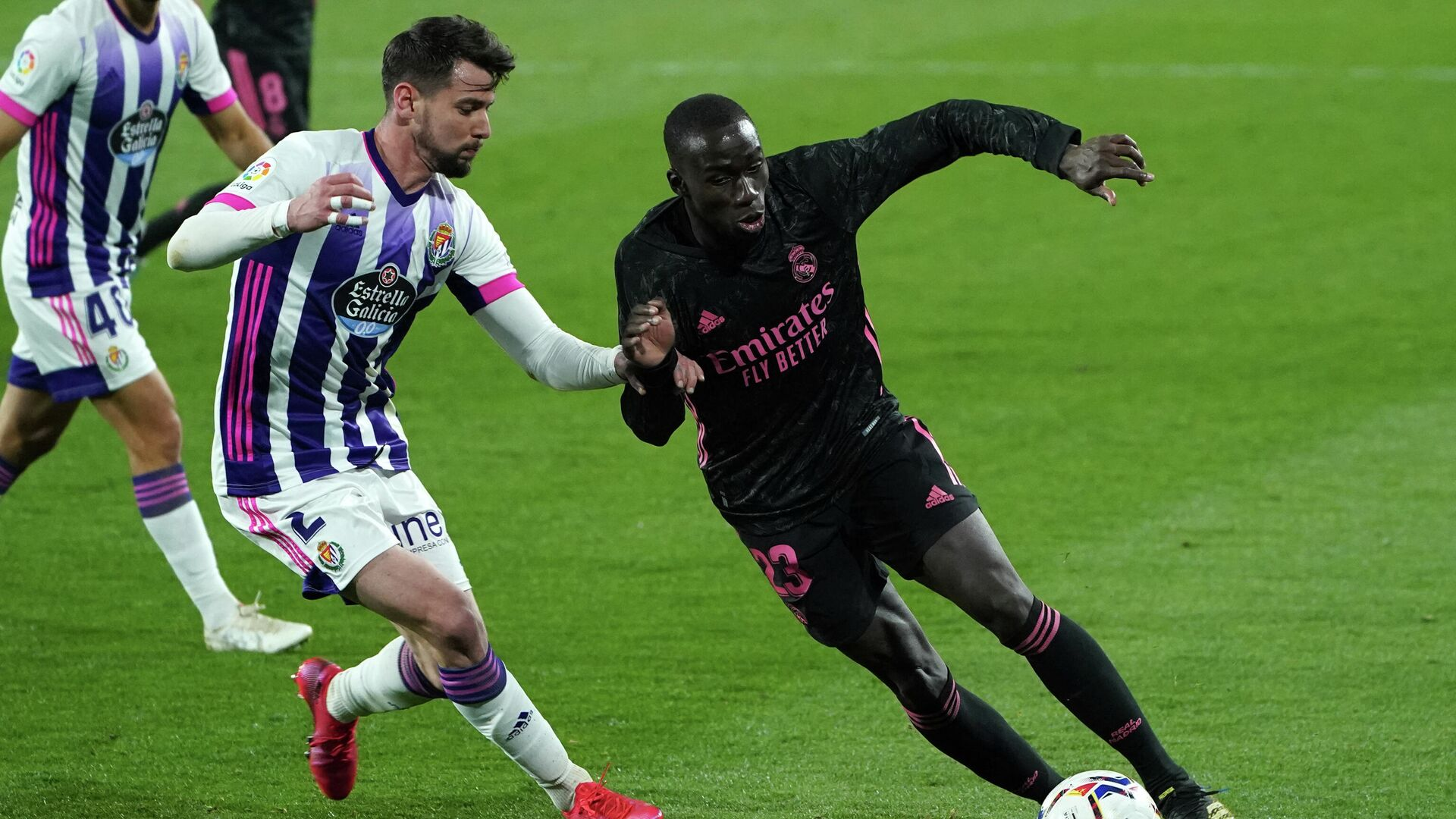 Real Madrid's French defender Mendy (R) vies with Real Valladolid's Spanish defender Luis Perez  during the Spanish league football match between Real Valladolid FC and Real Madrid CF at the Jose Zorilla stadium in Valladolid on February 20, 2021. (Photo by Cesar Manso / AFP) - РИА Новости, 1920, 21.02.2021